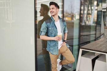 Stylizace č. 438 - džínová košile, chino kalhoty, tričko