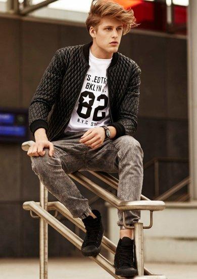 Stylizace č. 71 - bunda, tričko s dlouhým rukávem, jogger kalhoty, obuv
