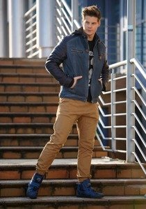 Stylizace č. 147 - kožená bunda, tričko s dlouhým rukávem a potiskem, jogger kalhoty, tenisky